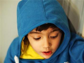 小儿抽动症的早期发病表现有哪些